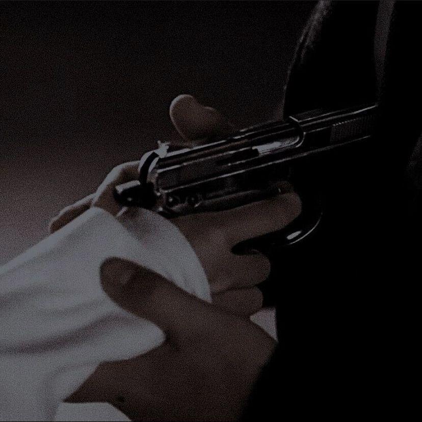 Ele se aproxima ainda mais, pega minha mão e posiciona arma em seu peito, olhando em meus olhos ele me diz