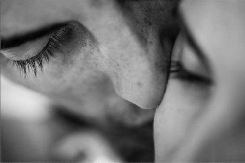 Ele me beija os dedos e me gira contra a parede, ele lambe meu pescoço, morde minha orelha e sussurra