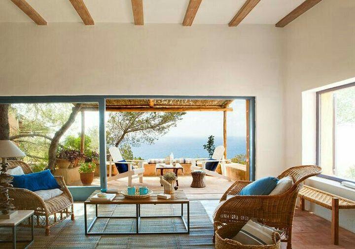 Ahora estaban sentados en unos sillas blancas en la terraza donde les acompañaba la vista del azulado océano