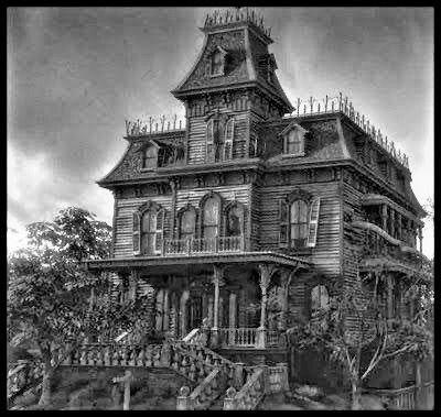 Uma mansão no final da rua do cemitério Lafayette, conhecida como mal assombrada
