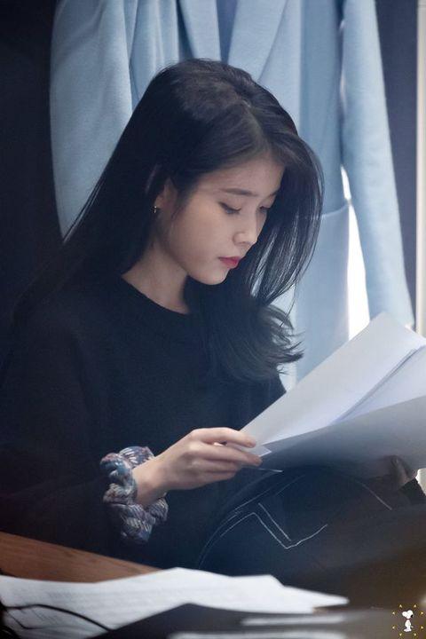 Sebuah sketchbook dan buku catatan kecil berwarna merah jambu Gisha masukkan ke dalam tas tangannya, diikuti dengan beberapa pensil dengan ketebalan berbeda
