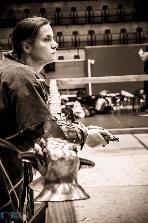 Esther Veldstra (37) is een voormalig duellistein het geharnast volcontactvechten
