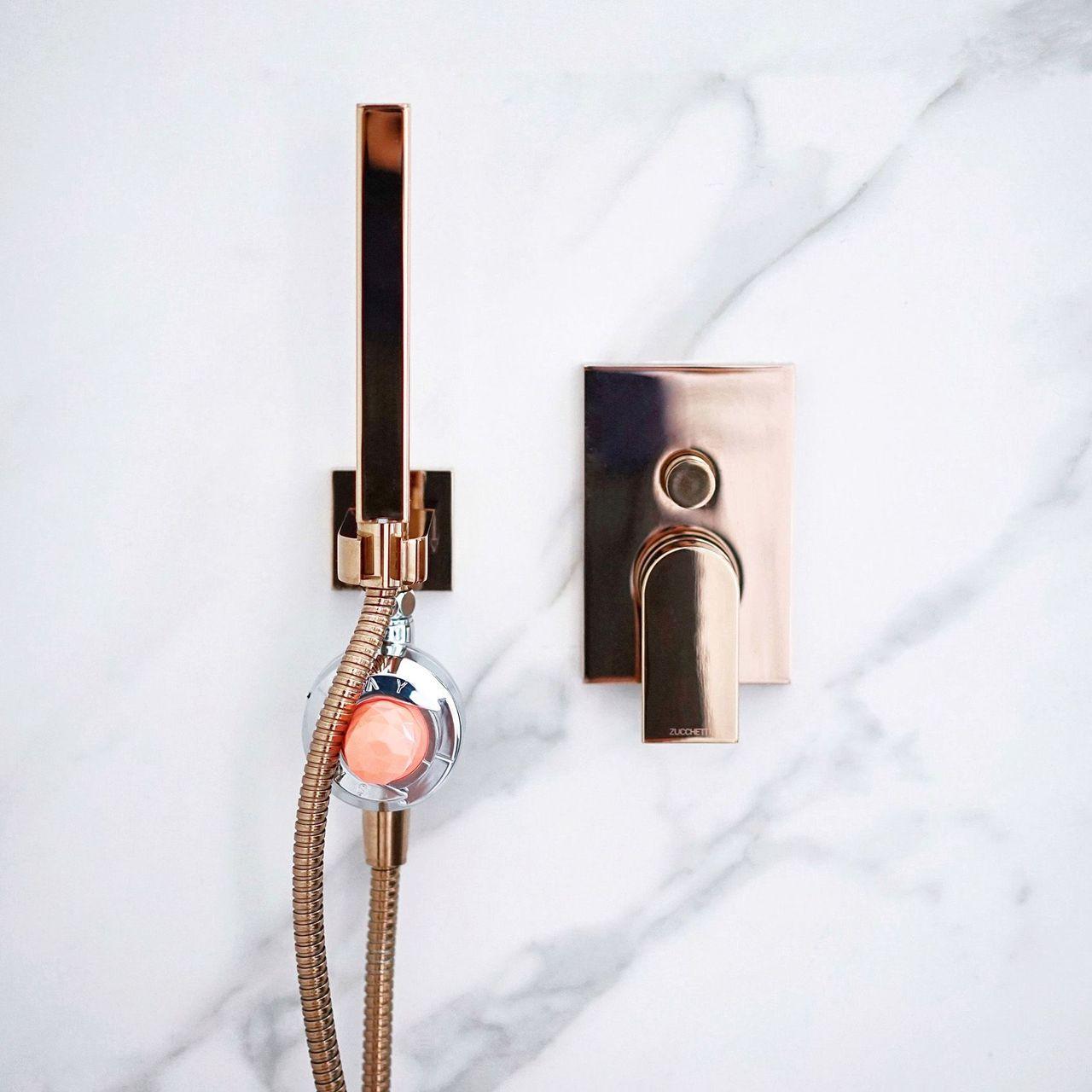 * Skinjay: Esta marca francesa tem um sistema de chuveiro que permite a inclusão de cápsulas com óleos essenciais com várias fragrâncias, que depois se misturam com a água e permitem tomar um banho aromático