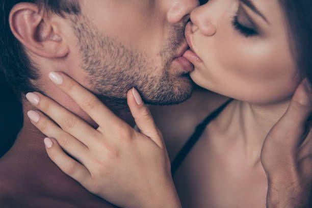 Solto um gemido nos seus lábios quando sinto sua ereção dura como pedra sob o tecido de sua bermuda