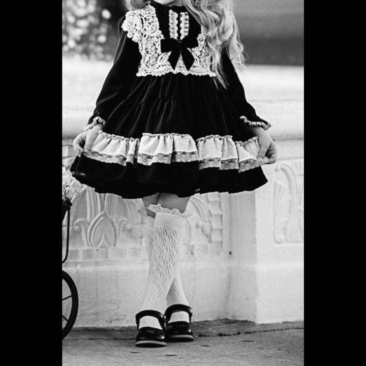 Seus longos cabelos pretos estavam soltos acompanhados de um laço preto