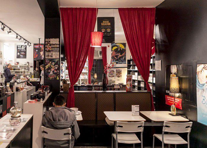 C'est à la fois un café internet, une librairie et un endroit où tu peux lire des mangas gratuitement