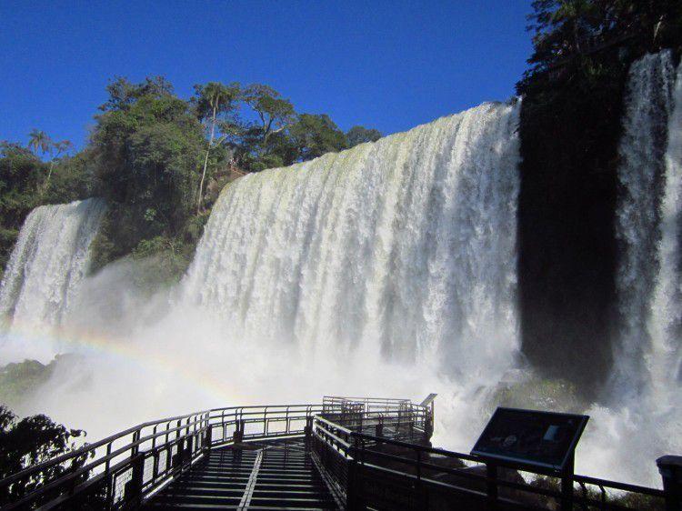 Famosa por fazer parte da região da Tríplice Fronteira, entre Brasil, Paraguai e Argentina, a cidade de Puerto Iguazú é repleta de atrações para curtir as férias, um fim de semana ou até mesmo uma viagem a trabalho