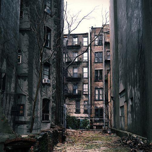 Gözlerim eski binalarda gezinirken yeni yağan yağmurun ıslattığı çimlerin kokusunu içime çektim