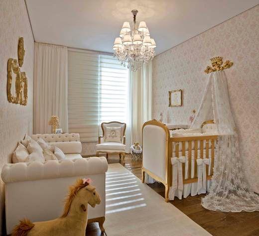 Eu adentro e me deparo com um quarto de bebê completamente decorado, tons de claros, dourados e pequenos detalhes rosa