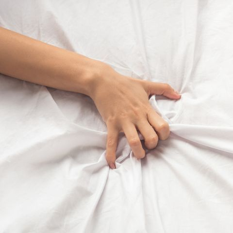 Se ajoelha novamente enfia o dedo médio e anelar dentro de mim de forma que seu polegar está girando impiedosamente no meu clitóris