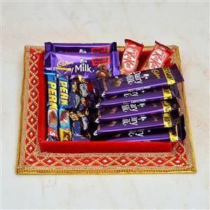 एक छोटा जार है जो नैना की पसंदीदा चॉकलेट से भरा है
