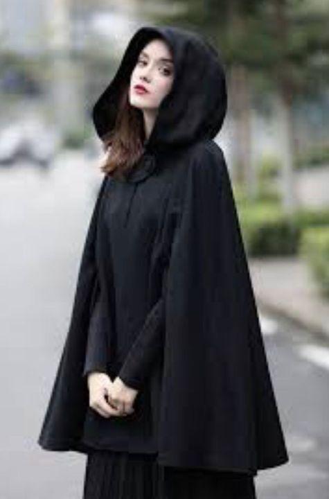 Clock cape berwarna hitam disarung ke badan lalu Melisa terus melangkah keluar dari rumah