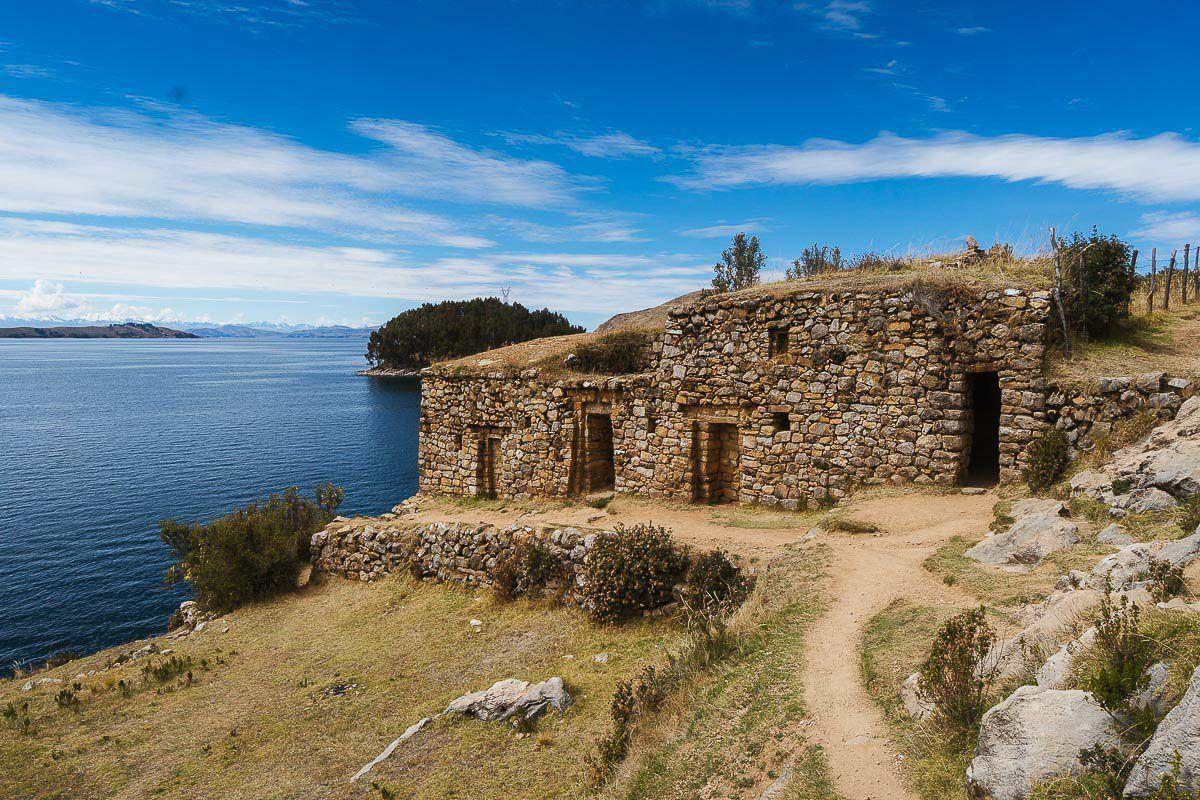 O lago se estende tanto pelo Peru quanto pela Bolívia, mas é do lado boliviano que encontramos a  que, segundo a lenda, foi o berço da civilização inca