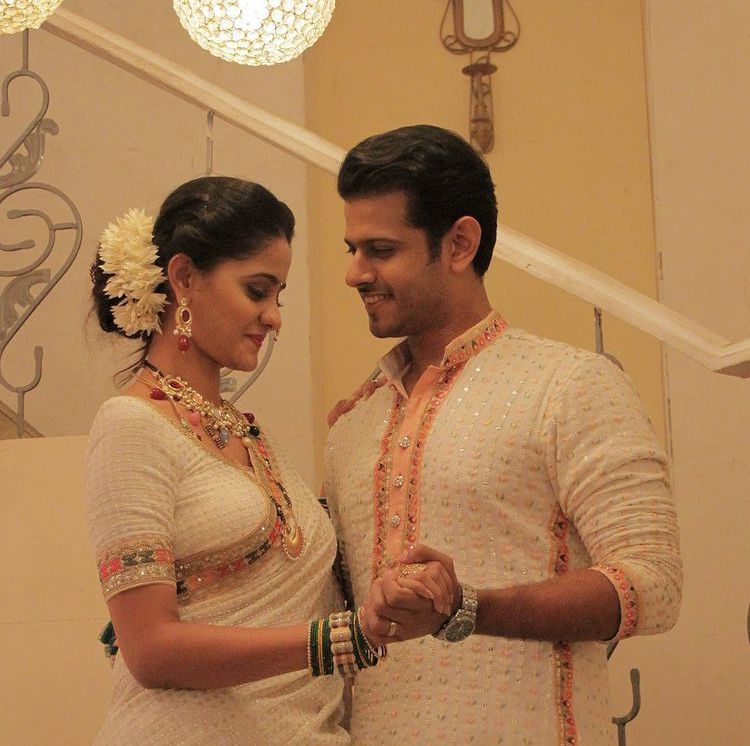 I then look at the homescreen of Virat's Phone, see a picture of him and a girl and they look so in love with each other